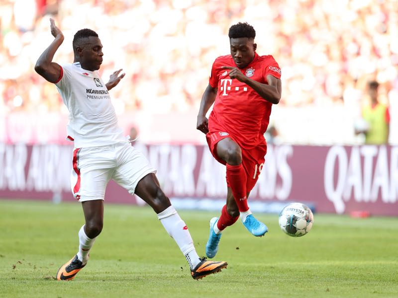 Bayern Munich v Mainz - Alphonso Davies of FC Bayern Munich battles for possession with Moussa Niakhate of 1. FSV Mainz 05 during the Bundesliga match between FC Bayern Muenchen and 1. FSV Mainz 05 at Allianz Arena on August 31, 2019 in Munich, Germany. (Photo by Alexander Hassenstein/Bongarts/Getty Images)