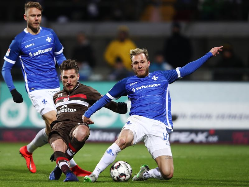 Dimitrios Diamantakos of St. Pauli is challenged by Tim Rieder of Darmstadt during the Second Bundesliga match between SV Darmstadt 98 and FC St. Pauli at Merck-Stadion am Boellenfalltor on January 29, 2019 in Darmstadt, Germany. (Photo by Alex Grimm/Bongarts/Getty Images)