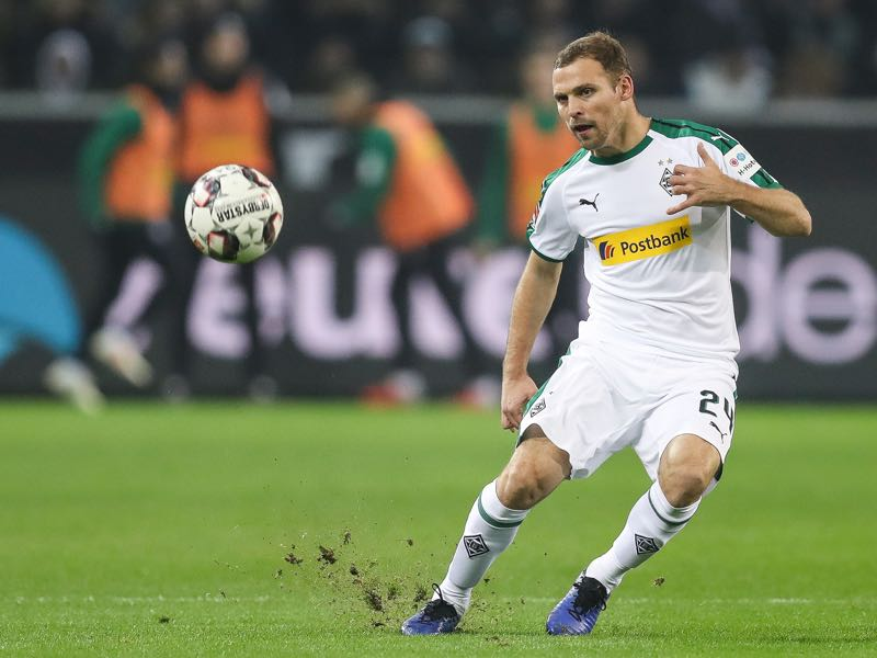 Tony Jantschke #24 of Borussia Monchengladbach controls the ball during the Bundesliga match between Borussia Moenchengladbach and Hannover 96 at Borussia-Park on November 25, 2018 in Moenchengladbach, Germany. (Photo by Maja Hitij/Bongarts/Getty Images)