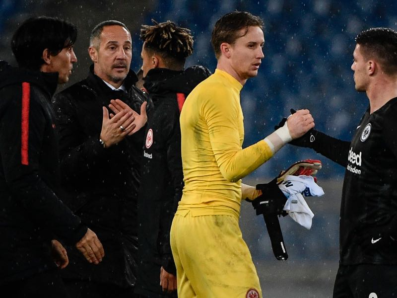 Frankfurt's Danish goalkeeper Frederik Ronnow (c) taps hand with Frankfurt's Serbian forward Luka Jovic (R) as Frankfurt's Austrian coach Adi Hutter (2ndL Rear) looks on at the end of the UEFA Europa League group H football match Lazio Rome vs Eintracht Frankfurt on December 13, 2018 at the Olympic stadiul in Rome. (Photo by Filippo MONTEFORTE / AFP)