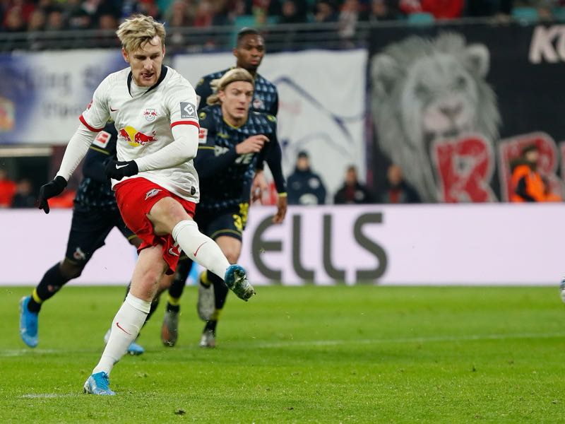Leipzig v Köln - Leipzig's Swedish midfielder Emil Forsberg scores from the penalty spot during the German first division Bundesliga football match RB Leipzig v FC Cologne in Leipzig, eastern Germany, on November 23, 2019. (Photo by Odd ANDERSEN / AFP)
