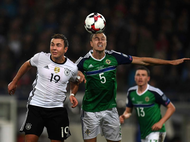Jonny Evans (r.) is Mister Dependable for Northern Ireland. (PATRIK STOLLARZ/AFP/Getty Images)