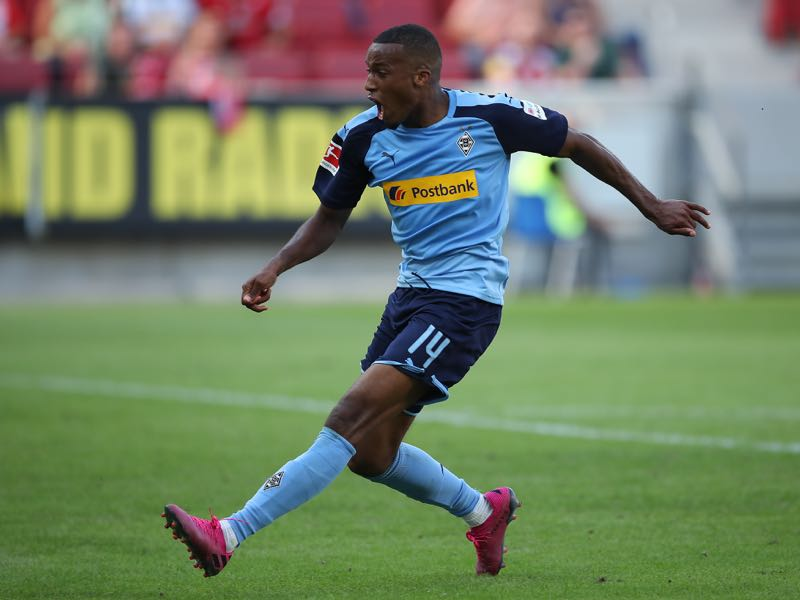Alassane Plea of Borussia Moenchengladbach in action during the Bundesliga match between 1. FSV Mainz 05 and Borussia Moenchengladbach at Opel Arena on August 24, 2019 in Mainz, Germany. (Photo by Christian Kaspar-Bartke/Bongarts/Getty Images)