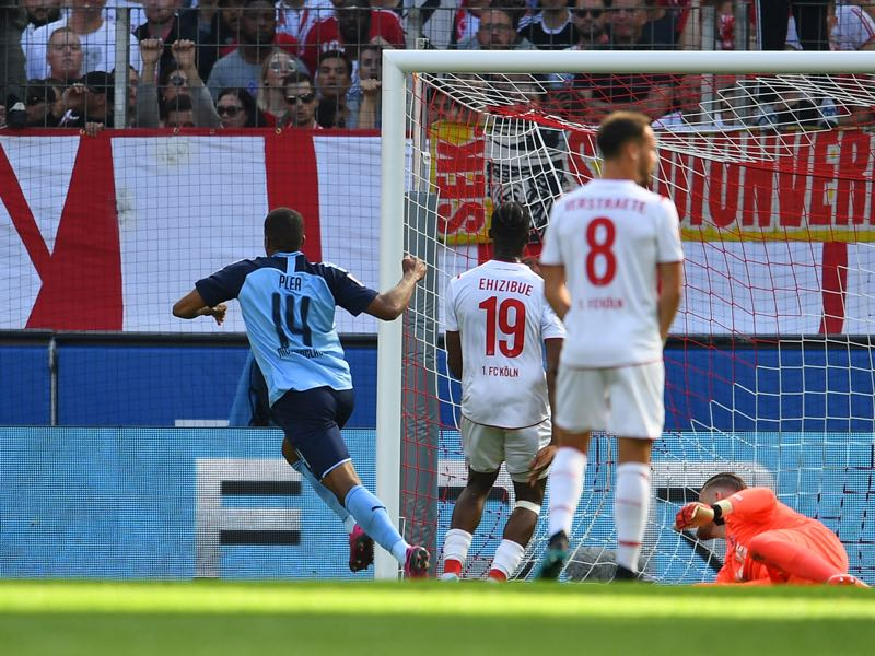 Köln v Borussia Mönchengladbach - Alassane Plea of Borussia Monchengladbach (14) scores his team's first goal past Timo Horn of 1. FC Koln during the Bundesliga match between 1. FC Koeln and Borussia Moenchengladbach at RheinEnergieStadion on September 14, 2019 in Cologne, Germany. (Photo by Jörg Schüler/Bongarts/Getty Images)