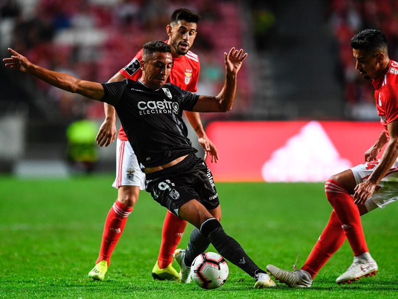 Benfica's defender Andre Almeida (R) vies with Guimaraes' Brazilian forward Davidson Pereira (L) during the Portuguese league football match between SL Benfica and Vitoria Guimaraes SC at the Luz stadium in Lisbon on August 10, 2018. (Photo by PATRICIA DE MELO MOREIRA / AFP)