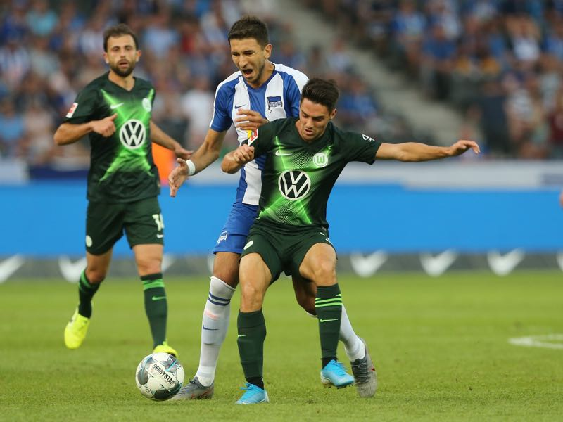 Josip Brekalo (R) of Wolfsburg challenges for the ball with Marko Grujic of Berlin during the Bundesliga match between Hertha BSC and VfL Wolfsburg at Olympiastadion on August 25, 2019 in Berlin, Germany. (Photo by Matthias Kern/Bongarts/Getty Images)