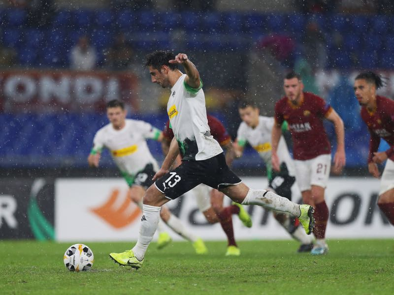 Lars Stindl scores the team's first goal from the penalty spot during the UEFA Europa League group J match between AS Roma and Borussia Moenchengladbach at Stadio Olimpico on October 24, 2019 in Rome, Italy. (Photo by Paolo Bruno/Getty Images)