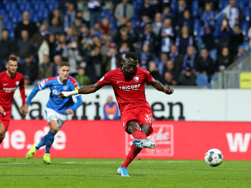 Silvere Ganvoula (C) of VfL Bochum scores with penalty during the Second Bundesliga match between Holstein Kiel and VfL Bochum 1848 at Holstein-Stadion on October 25, 2019 in Kiel, Germany. (Photo by Cathrin Mueller/Bongarts/Getty Images)