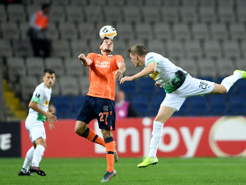 Istanbul Basaksehir FK's French forward Enzo Crivelli (L) jumps for the ball with Moenchengladbach's German defender Matthias Ginter during the UEFA Europa League Group J football match between Basaksehir Istanbul and Borussia Moenchengladbach on October 3 , 2019 at the Basaksehir Fatih Terim Stadium in Istanbul. (Photo by Ozan KOSE / AFP)
