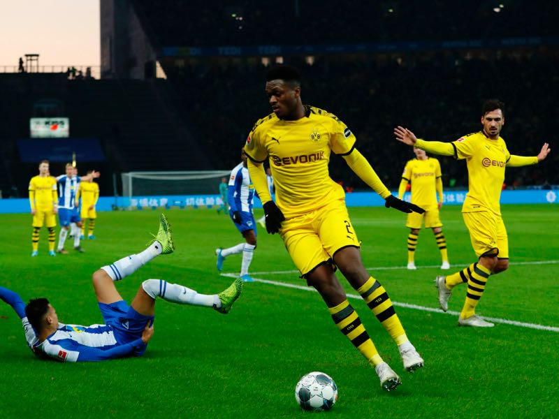 Dortmund's German defender Mats Hummels (R) fouls Hertha Berlin's German forward Davie Selke (L) as Dortmund's French defender Dan-Axel Zagadou plays the ball during the German first division Bundesliga football match Hertha Berlin v Borussia Dortmund in Berlin, Germany on November 30, 2019. (Photo by Odd ANDERSEN / AFP)