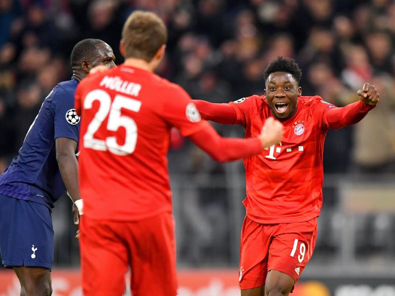 Bayern v Tottenham - Alphonso Davies of FC Bayern Munich (R) celebrates the team's second goal scored by Thomas Muller of FC Bayern Munich (L) during the UEFA Champions League group B match between Bayern Muenchen and Tottenham Hotspur at Allianz Arena on December 11, 2019 in Munich, Germany. (Photo by Sebastian Widmann/Bongarts/Getty Images)